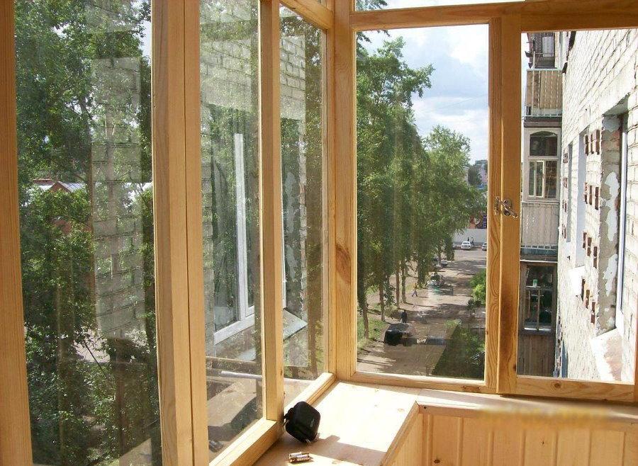 Балкон хрущевки с деревянными окнами из сосны