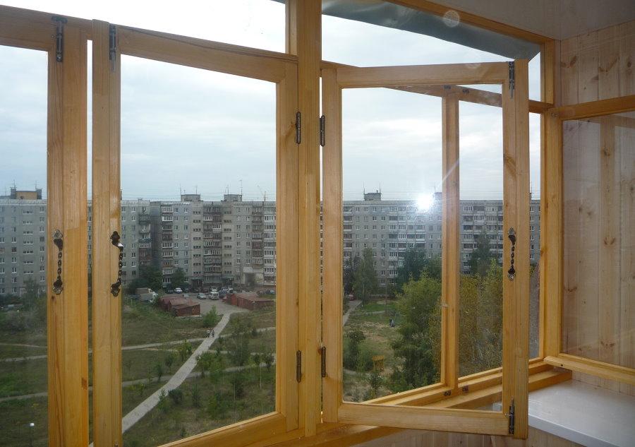 Остекление лоджии деревянными окнами