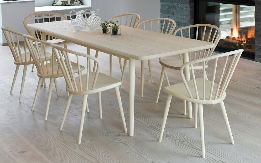 Светлая обеденная группа с деревянными стульями