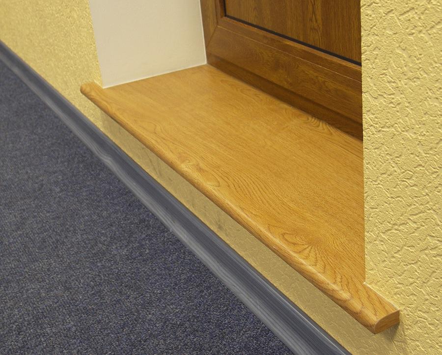 Деревянный порожек между комнатой и балконом