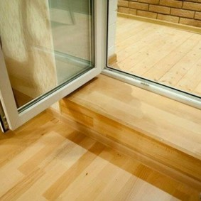 Деревянный порог перед стеклянной дверью