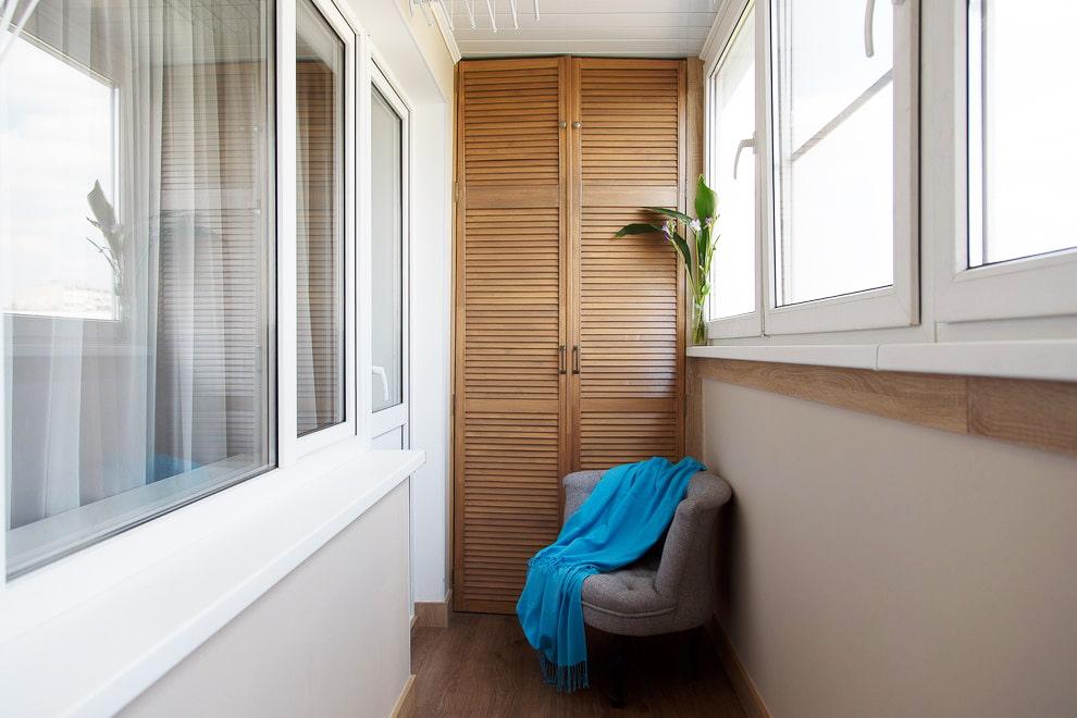 Встроенный шкаф с деревянными дверцами на балконе