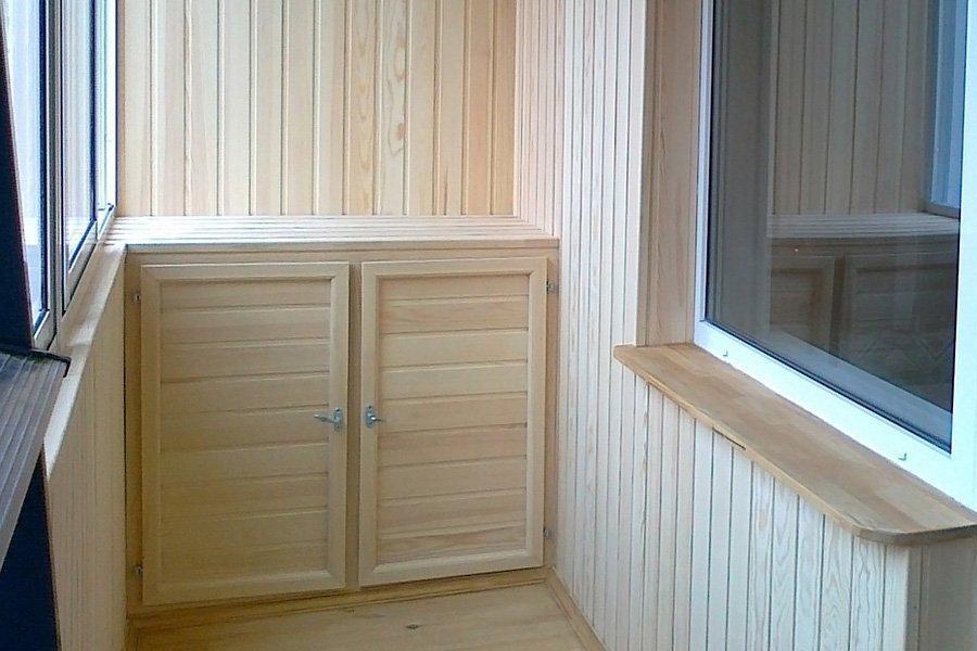 Деревянный шкаф высотой до подоконника на лоджии