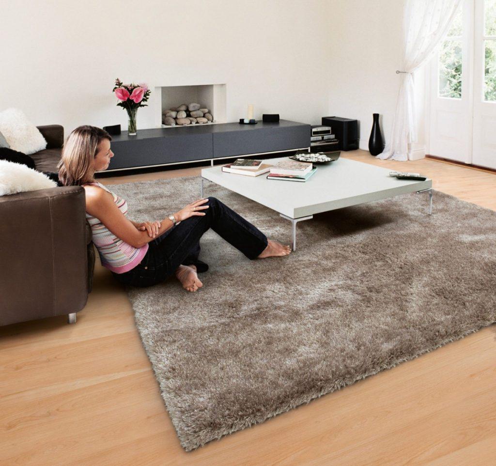 Девушка на ковре с длинным ворсом