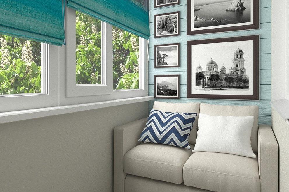 Небольшой диванчик на балконе с ПВХ-окнами