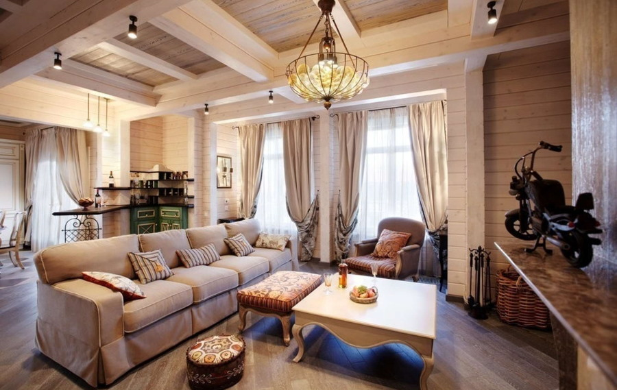 Вместительный диван в гостиной деревянного дома