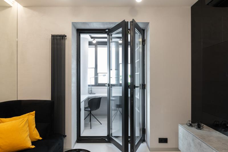 Дверь-гармошка черного цвета с большими стеклами