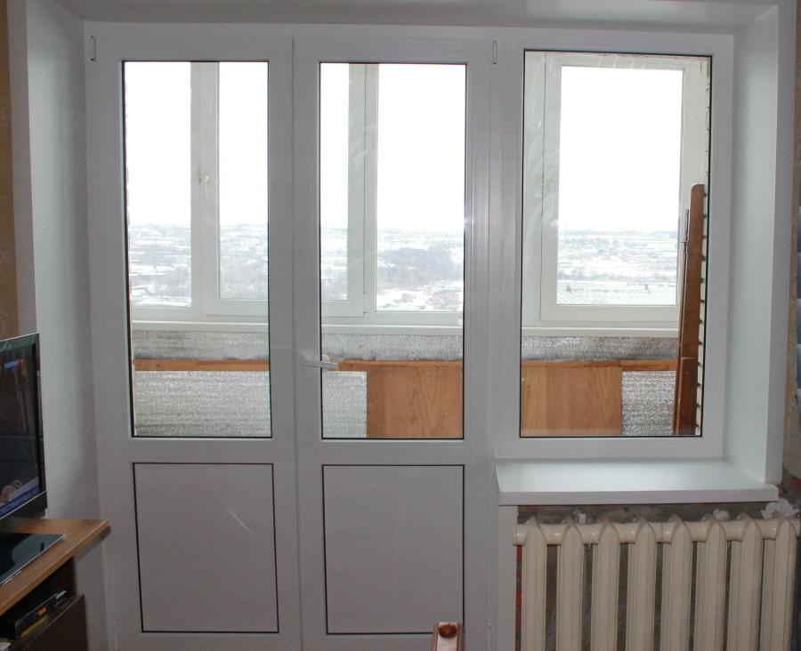 Двойная балконная дверь с глухой вставкой внизу