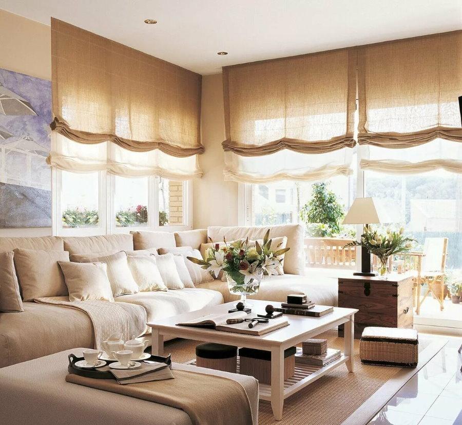 Интерьер гостиной комнаты с двойными римскими шторами