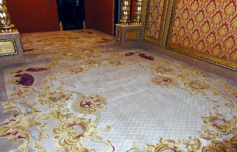 Фото ковра в гостиной комнате стиля барокко