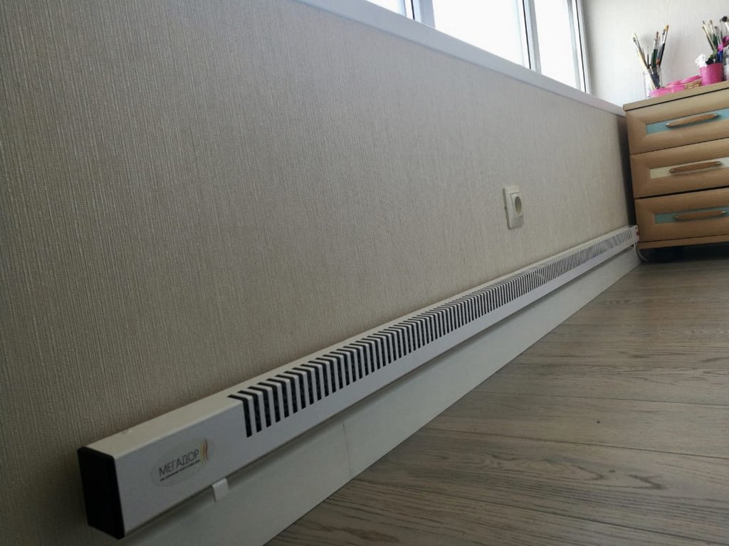 Электроконвектор на стене утепленного балкона