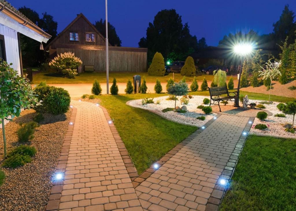 Ночное освещение садового участка с красивыми дорожками