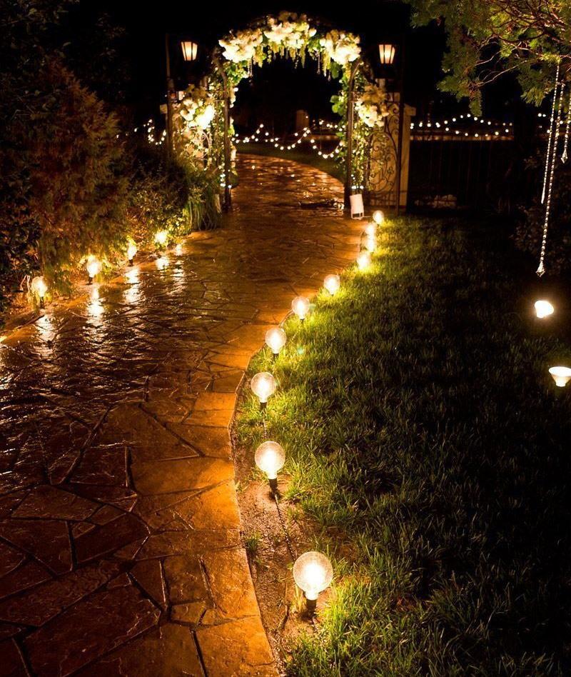 Низкие фонарики вдоль каменной тропинки