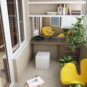 Желтое кресло в рабочем кабинете на балконе
