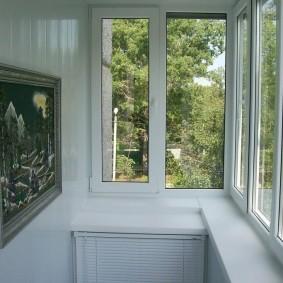 Широкий подоконник на балконе в квартире