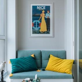 Удобный диванчик для отдыха на лоджии