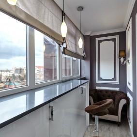 Встроенные шкафы под окном на лоджии