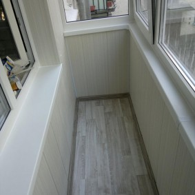 Ламинат на полу узкого балкона
