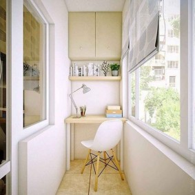 Керамический пол на маленьком балконе