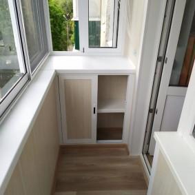 Шкафчик под подоконником на балконе хрущевки