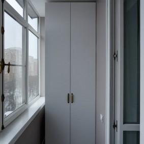 Узкий шкафчик с распашными дверками