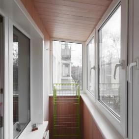 Отделка потолка балкона на верхнем этаже дома