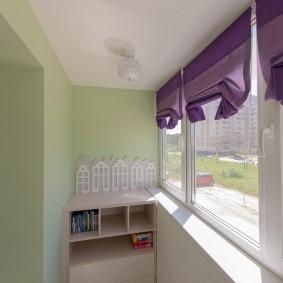 Фиолетовые шторы на окнах балкона в квартире