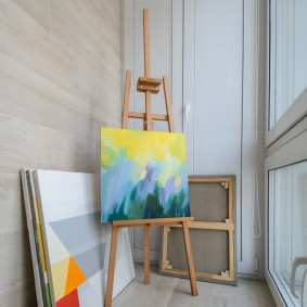 Творческая мастерская на балконе с большими окнами