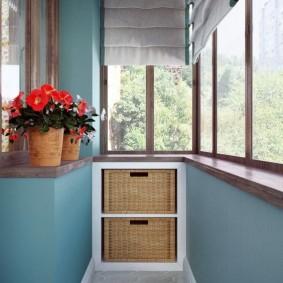 Деревянный подоконник на балконе с теплым остеклением