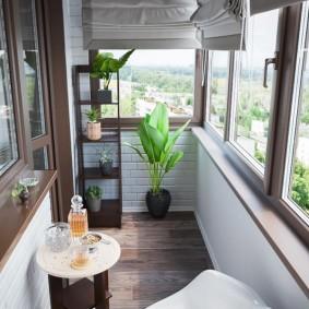 Остекление балкона пластиковыми окнами под дерево