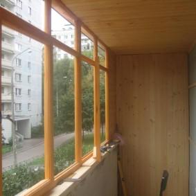 Остекление балкона деревянными окнами