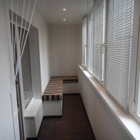 Угловая скамейка на узком балконе