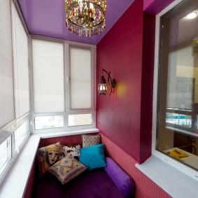 Стеклянная люстра на потолке балкона