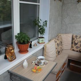 Самодельный столик под окном на балконе