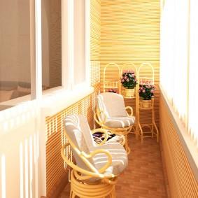 Светлый балкон с деревянной отделкой