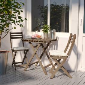 Складная садовая мебель на балконе городской квартиры