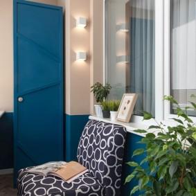 Узкий шкаф синего цвета с распашной дверкой