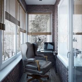 Офисное кресло в рабочем кабинете на балконе