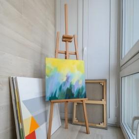 Мольберт художника в мастерской на балконе