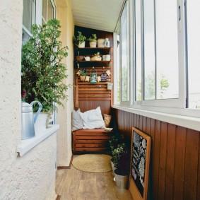 Деревянная вагонка на балконе с раздвижными окнами