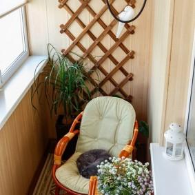 Место для завтраков на небольшом балконе