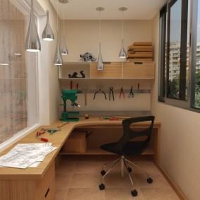 Угловой стол в мастерской на балконе