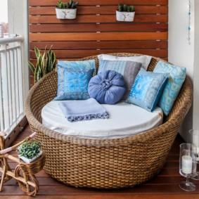 Круглое кресло с мягкими подушками