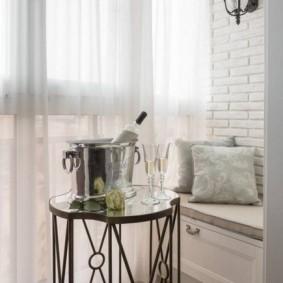 Кофейный столик на лоджии с панорамным остеклением