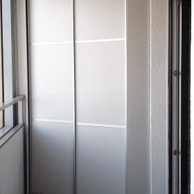 Купейный шкаф в интерьере балкона