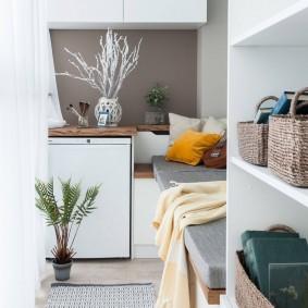 Встроенная мебель на балконе квартиры