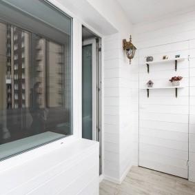 Встроенный шкаф в стене балкона