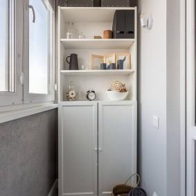 Полуоткрытый шкаф белого цвета
