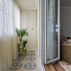 Складные двери между комнатой и теплым балконом
