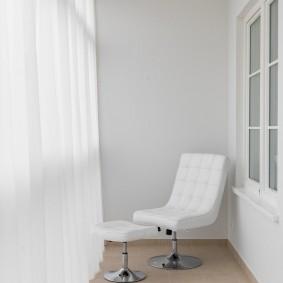 Белое кресло на светлом балконе